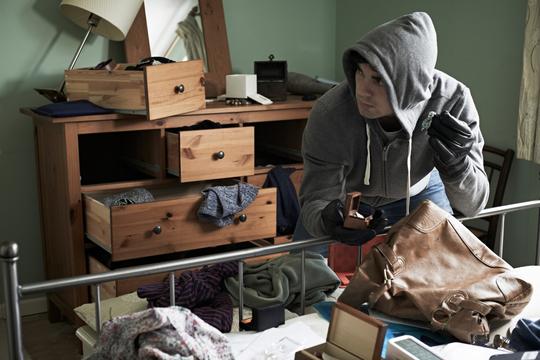 På kant med loven: 43 procent af danskerne er klar til selvtægt ved indbrud
